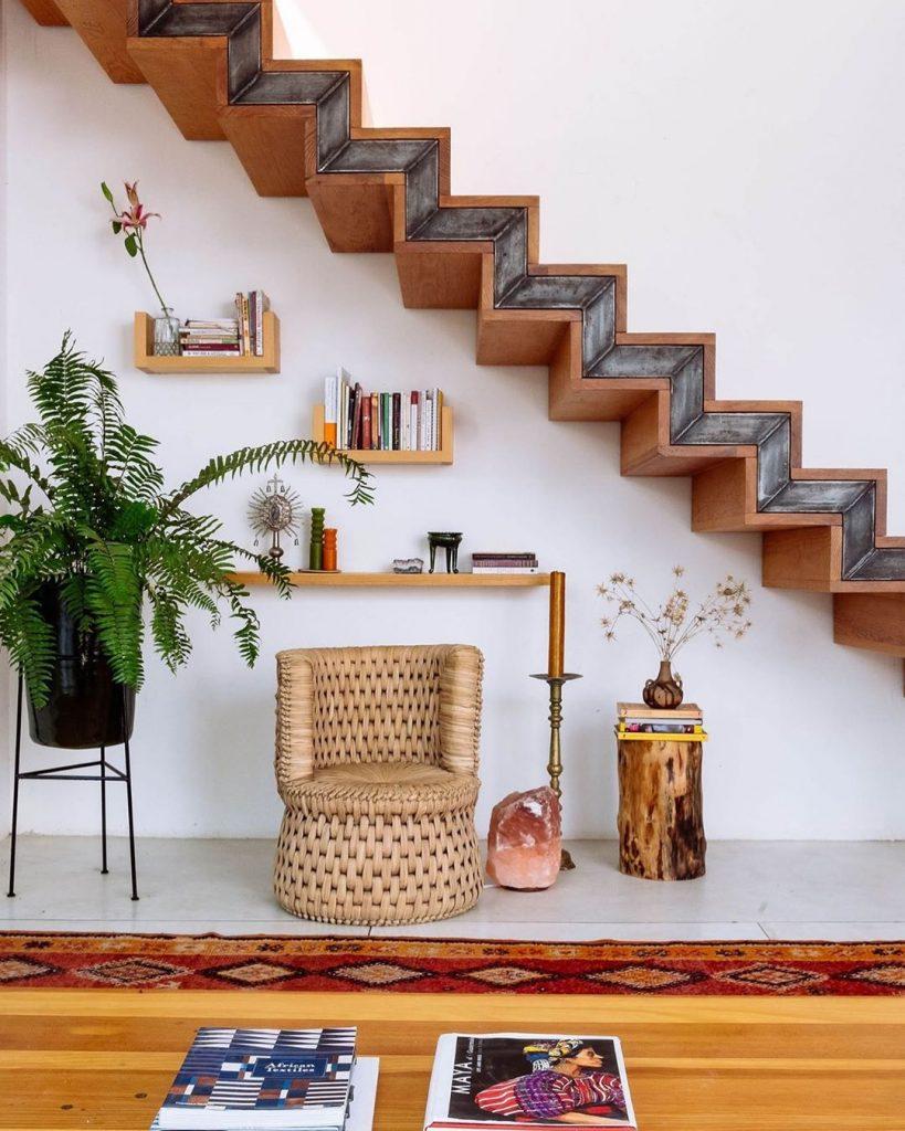 instagram de decoração planta, cadeira, escada de madeira, prateleiras