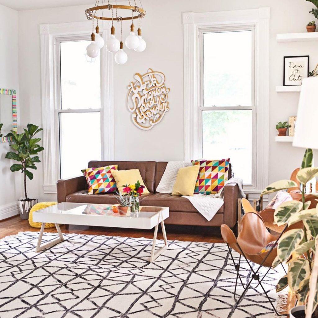 instagram de decoração sala sofá marrom lustre branco tapete branco mesa de centro couro planta em casa