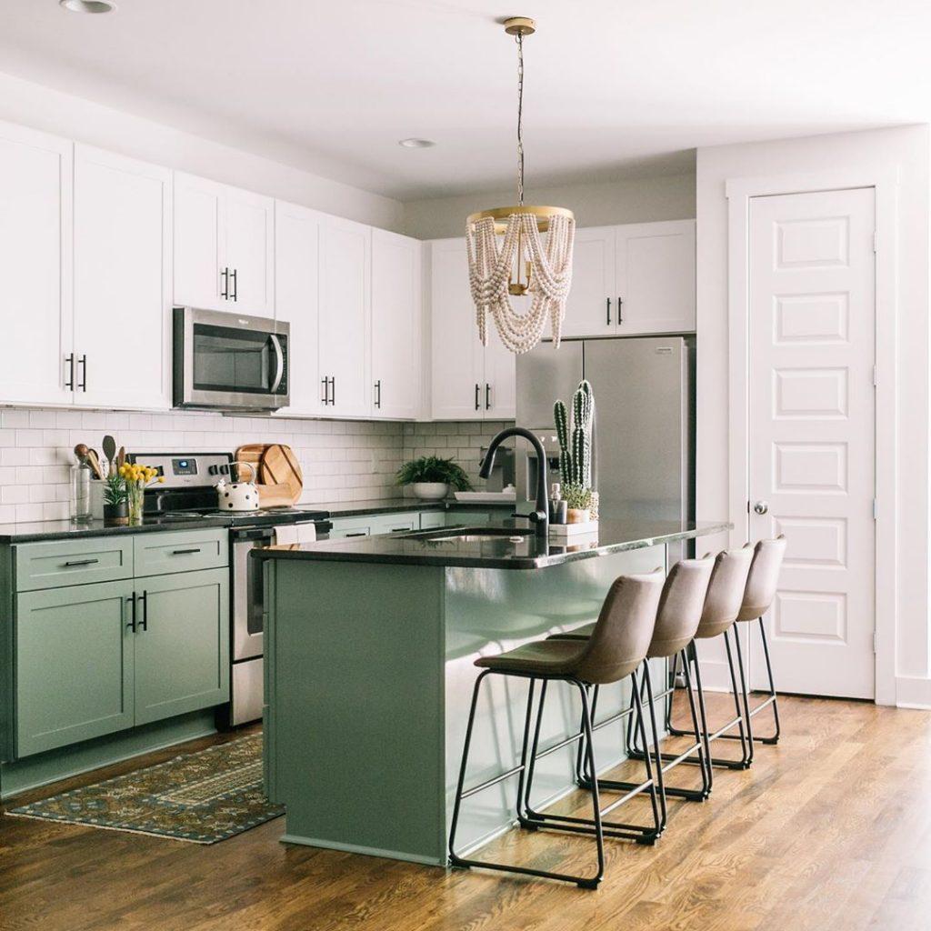 cozinha verde armários brancos cozinha americana instagram de decoração
