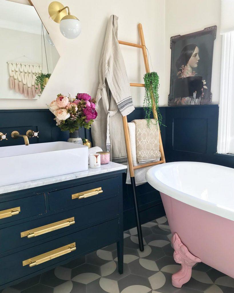 instagram de decoração - banheiro com armários azul escuro, banheira para banheiro rosa e branco