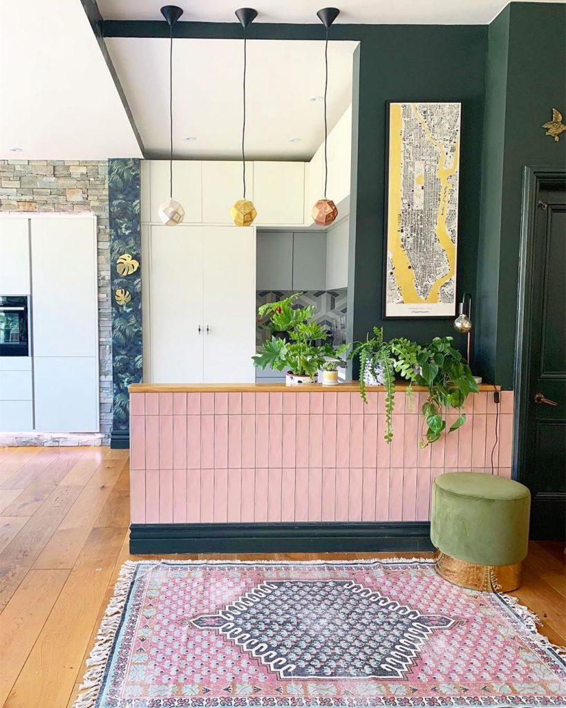 instagram de decoração - cozinha branca com parede colorida e tapete colorido