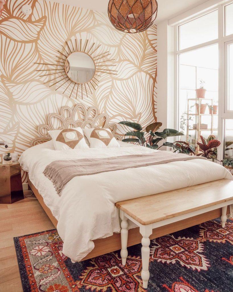 instagram de decoração - quarto com cama grande e enfeite na parede, espelho e madeira