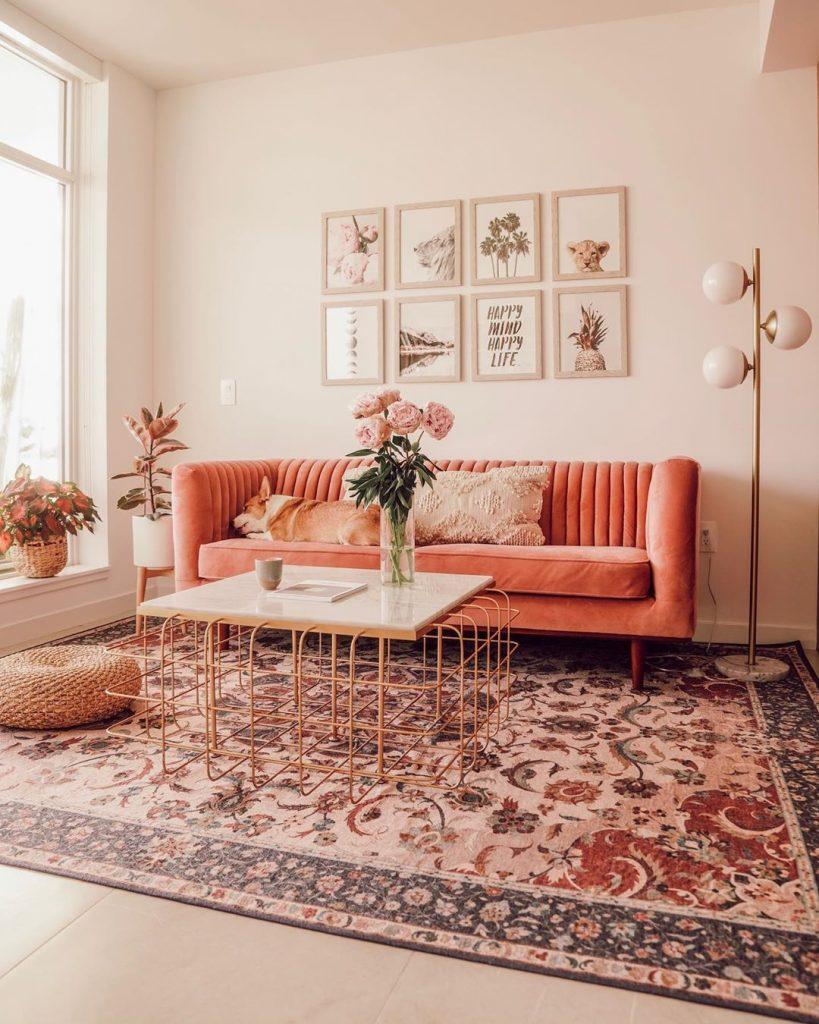 instagram de decoração - sofá laranja na sala, com tapete colorido, abajour dourado e quadros