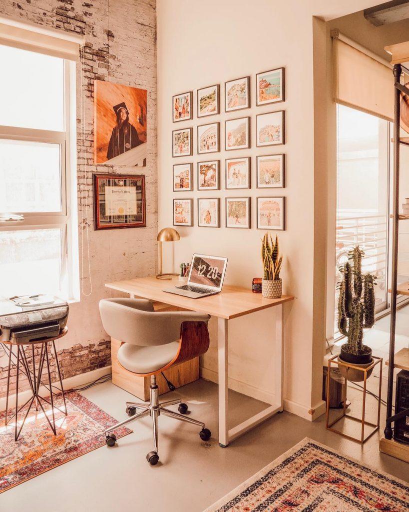 instagram de decoração - quadros na sala, mesa para escritório e computador, cadeira
