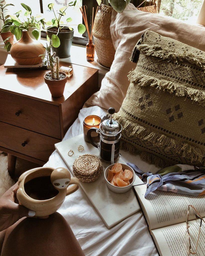 instagram de decoração  cama, travesseiro e coisas em cima da cama