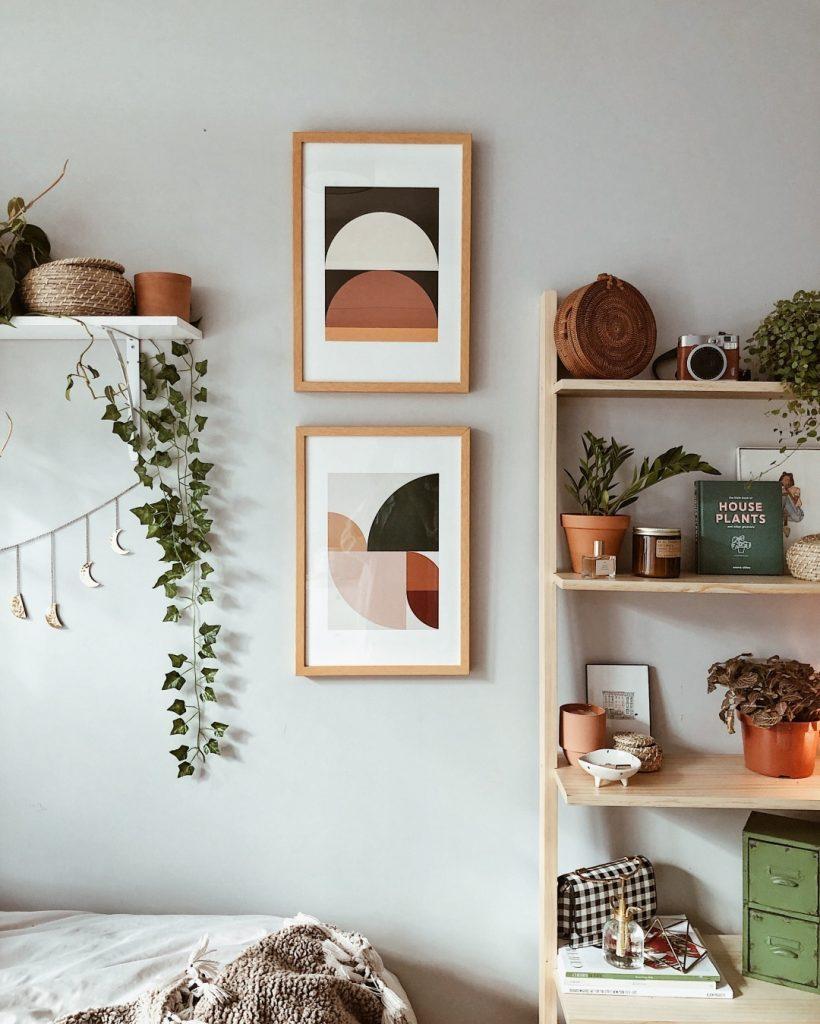 instagram de decoração plantas verdes, sala, quadros, prateleiras
