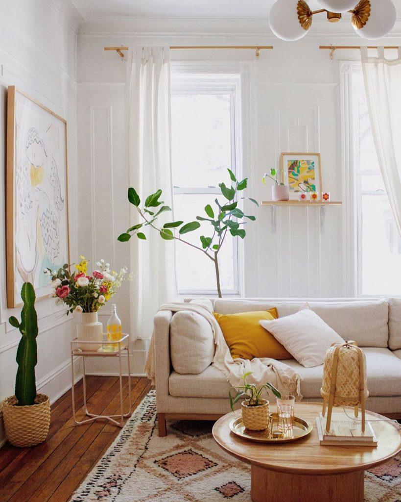 instagram de decoração - sala com sofá branco, planta verde para decorar, quadro, tapete colorido