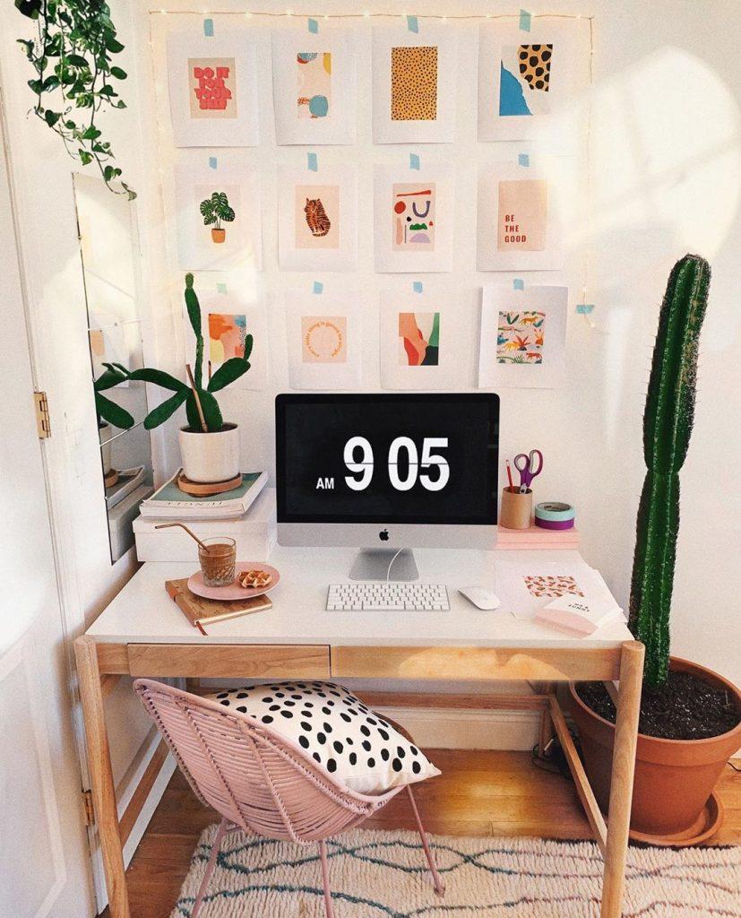 instagram de decoração mesa com computador, escrivaninha, mac book, flores,