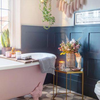 instagram de decoração - banheiro com banheira rosa e branco, parede azul