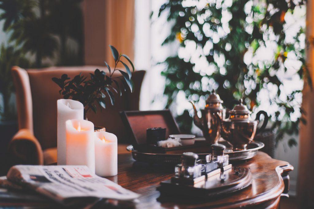 cheirinho para casa - velas na sala para decoração