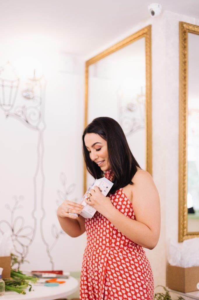 mayara do apto161 mostrando o cheirinho para casa e aromatizador de ambiente MYK