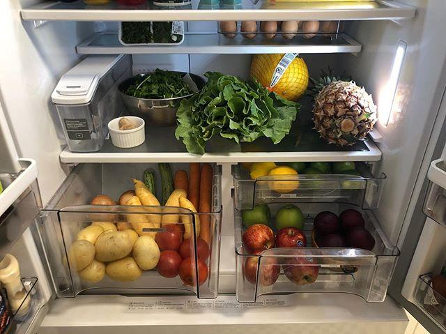 foto de geladeira com frutas dentro - para post sobre lista de supermercado