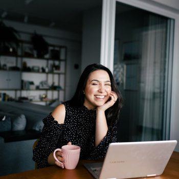 foto da mayara para trabalhar de casa com mesa e computador e caneca